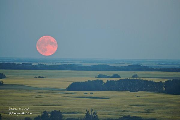 Smoke_and_haze_made_for_a_dramatic_Full_Moon_rise_in_Edmonton_Canada_by_Images_By_Stan_ImagesByStan_grande