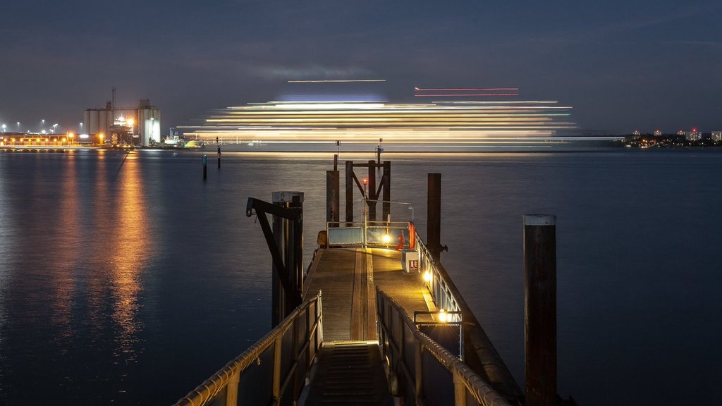 Light_trails_on_the_sea_by_Dorian_Drozdowski_fatherofthemous_1024x1024