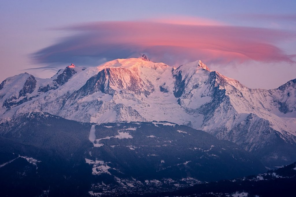 Lenticular_cloud_on_the_top_of_the_Alps_by_Christophe_Suarez_suarezphoto_1024x1024
