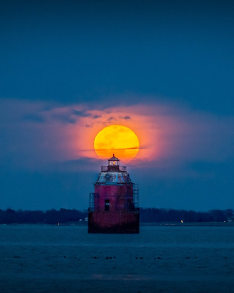Super_Moon_rising_behind_the_Sandy_Point_Shoals_Lighthouse_in_Maryland_Jeff_Norman_dcsplicer_1024x1024