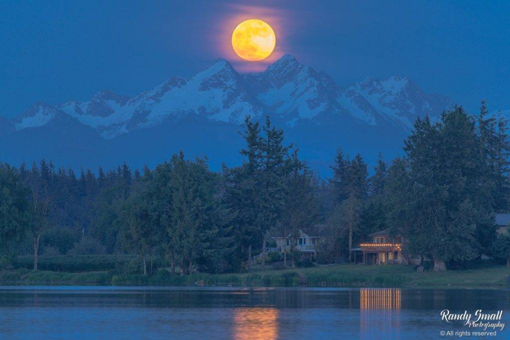 Full moon rise as it splits the Twin Sisters over Wiser Lake near Lynden, WA by Randy Small @RandySmall
