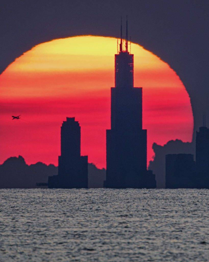 Willis (Sears) Tower in front of the setting sun - Chicago skyline by Tom Jones @tomjones_foto