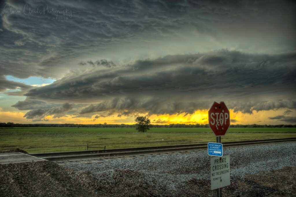 2nd Place Storm decays and transitions to an arcus in Montana by Laura Hedien @lhedien